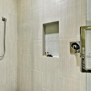 Imagen de cuarto de baño principal, contemporáneo, grande, con armarios con paneles lisos, puertas de armario beige, ducha empotrada, sanitario de una pieza, baldosas y/o azulejos grises, baldosas y/o azulejos de porcelana, paredes beige, suelo laminado, lavabo bajoencimera, encimera de acrílico, suelo gris, ducha con puerta con bisagras y encimeras blancas