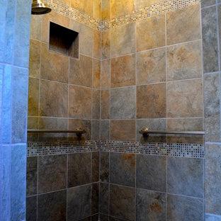 Modelo de cuarto de baño principal, contemporáneo, con lavabo sobreencimera, armarios estilo shaker, puertas de armario de madera oscura, ducha abierta, baldosas y/o azulejos marrones, baldosas y/o azulejos de cerámica, paredes marrones y suelo de cemento