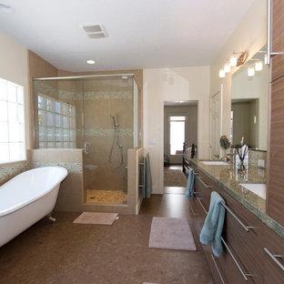 Неиссякаемый источник вдохновения для домашнего уюта: большая главная ванная комната в современном стиле с врезной раковиной, плоскими фасадами, коричневыми фасадами, столешницей из гранита, ванной на ножках, угловым душем, раздельным унитазом, разноцветной плиткой, керамической плиткой, белыми стенами и пробковым полом