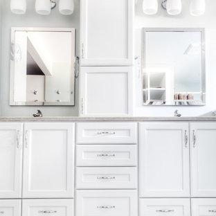 Ejemplo de cuarto de baño principal, tradicional renovado, con armarios con paneles empotrados, puertas de armario blancas, paredes verdes, suelo vinílico, lavabo bajoencimera y encimera de ónix