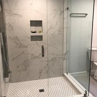Idee per una stanza da bagno padronale classica di medie dimensioni con doccia ad angolo, WC a due pezzi, piastrelle grigie, piastrelle in metallo, pareti grigie, pavimento in gres porcellanato, pavimento grigio e porta doccia a battente