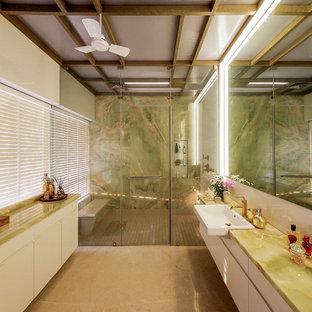 Imagen de cuarto de baño actual, grande, con armarios con paneles lisos, puertas de armario blancas, ducha empotrada, paredes blancas, lavabo encastrado, encimera de ónix, suelo marrón y ducha con puerta con bisagras