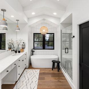 Стильный дизайн: большая главная ванная комната в стиле современная классика с фасадами в стиле шейкер, белыми фасадами, отдельно стоящей ванной, душем над ванной, унитазом-моноблоком, белыми стенами, полом из керамической плитки, накладной раковиной, столешницей из искусственного кварца, белым полом, душем с распашными дверями, белой столешницей, тумбой под две раковины и встроенной тумбой - последний тренд