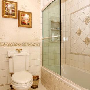 Großes Klassisches Badezimmer En Suite mit Einbauwaschbecken, beigefarbenen Fliesen, weißer Wandfarbe, Keramikboden, Badewanne in Nische, Duschbadewanne und Toilette mit Aufsatzspülkasten in New York