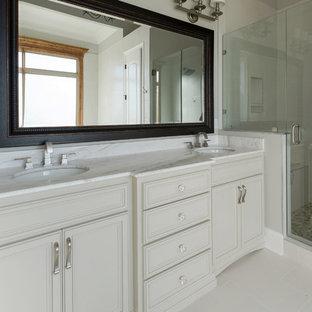 Esempio di una stanza da bagno contemporanea di medie dimensioni con ante a filo, ante beige, vasca giapponese, WC monopezzo, piastrelle multicolore, piastrelle in ceramica, pareti beige e top in marmo