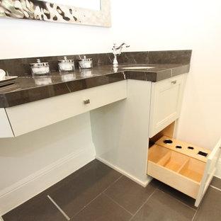Inspiration för små klassiska en-suite badrum, med ett undermonterad handfat, släta luckor, vita skåp, marmorbänkskiva, svart kakel, porslinskakel, vita väggar och klinkergolv i porslin