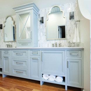 Exempel på ett stort klassiskt grå grått en-suite badrum, med luckor med profilerade fronter, blå skåp, ett platsbyggt badkar, en hörndusch, en toalettstol med separat cisternkåpa, grå kakel, marmorkakel, vita väggar, marmorgolv, ett undermonterad handfat, bänkskiva i kvarts, grått golv och dusch med gångjärnsdörr