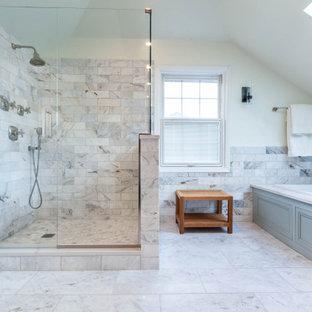 Пример оригинального дизайна: большая главная ванная комната в классическом стиле с фасадами с декоративным кантом, синими фасадами, накладной ванной, угловым душем, раздельным унитазом, серой плиткой, мраморной плиткой, белыми стенами, мраморным полом, врезной раковиной, столешницей из искусственного кварца, серым полом, душем с распашными дверями, серой столешницей, нишей, тумбой под две раковины, напольной тумбой, потолком из вагонки и панелями на стенах