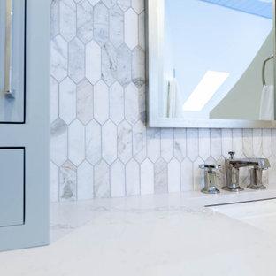 Идея дизайна: большая главная ванная комната в классическом стиле с фасадами с декоративным кантом, синими фасадами, накладной ванной, угловым душем, раздельным унитазом, серой плиткой, мраморной плиткой, белыми стенами, мраморным полом, врезной раковиной, столешницей из искусственного кварца, серым полом, душем с распашными дверями, серой столешницей, нишей, тумбой под две раковины, напольной тумбой, потолком из вагонки и панелями на стенах