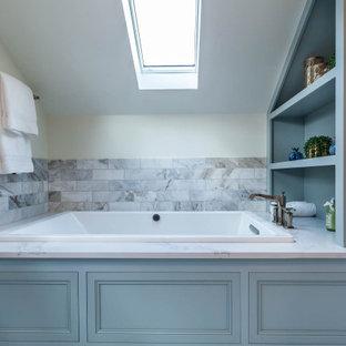 Idées déco pour une grand salle de bain principale classique avec un placard à porte affleurante, des portes de placard bleues, une baignoire posée, une douche d'angle, un WC séparé, un carrelage gris, du carrelage en marbre, un mur blanc, un sol en marbre, un lavabo encastré, un plan de toilette en quartz modifié, un sol gris, une cabine de douche à porte battante, un plan de toilette gris, une niche, meuble double vasque, meuble-lavabo sur pied, un plafond en lambris de bois et boiseries.