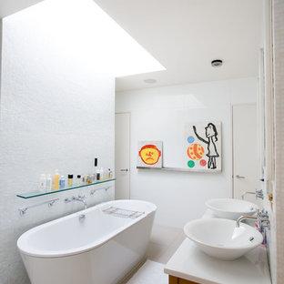 Esempio di una stanza da bagno per bambini contemporanea con vasca freestanding e lavabo a bacinella