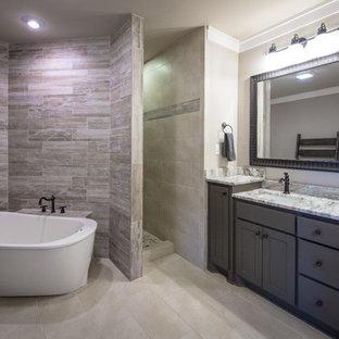 Ispirazione per una grande stanza da bagno padronale classica con ante lisce, ante in legno bruno, vasca freestanding, doccia aperta, WC a due pezzi, piastrelle in ardesia, pareti beige, pavimento in ardesia, lavabo sottopiano, top in granito e piastrelle grigie