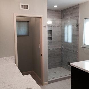 Imagen de cuarto de baño principal, clásico, grande, con encimera de cemento, bañera encastrada sin remate, baldosas y/o azulejos grises, baldosas y/o azulejos de cerámica, lavabo bajoencimera, ducha empotrada, paredes verdes y suelo de baldosas de cerámica