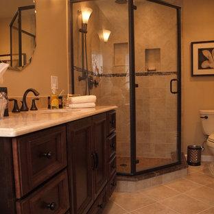 Foto på ett litet vintage beige en-suite badrum, med luckor med profilerade fronter, skåp i mörkt trä, ett platsbyggt badkar, en hörndusch, en toalettstol med separat cisternkåpa, beige kakel, mosaik, beige väggar, klinkergolv i keramik, ett undermonterad handfat och dusch med gångjärnsdörr