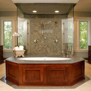 Неиссякаемый источник вдохновения для домашнего уюта: огромная главная ванная комната в классическом стиле с двойным душем, фасадами с утопленной филенкой, темными деревянными фасадами, полновстраиваемой ванной, бежевой плиткой, синими стенами, полом из известняка, врезной раковиной, столешницей из известняка, плиткой из известняка и серой столешницей