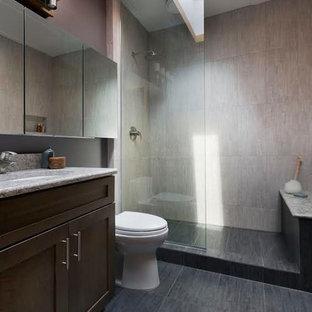 Ejemplo de cuarto de baño principal, moderno, pequeño, con armarios con paneles empotrados, puertas de armario de madera oscura, ducha abierta, sanitario de una pieza, baldosas y/o azulejos grises, baldosas y/o azulejos de porcelana, paredes púrpuras, suelo de baldosas de porcelana, lavabo bajoencimera, encimera de cuarzo compacto, suelo gris y ducha abierta