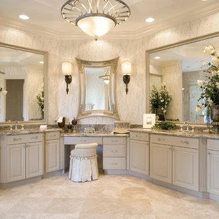 Diseño de cuarto de baño principal, clásico, grande, con armarios con paneles con relieve, puertas de armario beige, ducha empotrada, paredes beige, suelo de travertino, lavabo bajoencimera, encimera de granito, suelo beige y ducha con puerta con bisagras