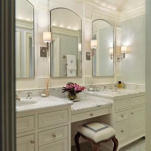 Mittelgroßes Klassisches Badezimmer mit Marmor-Waschbecken/Waschtisch, Kassettenfronten, weißen Schränken, weißer Wandfarbe, Unterbauwaschbecken und weißer Waschtischplatte in Boston