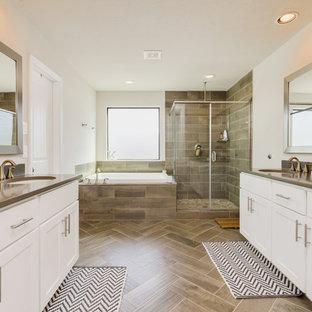 Inspiration för klassiska beige en-suite badrum, med skåp i shakerstil, vita skåp, ett platsbyggt badkar, en hörndusch, vita väggar, ett undermonterad handfat, beiget golv och dusch med gångjärnsdörr
