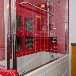 Ejemplo de cuarto de baño rural con baldosas y/o azulejos rojos