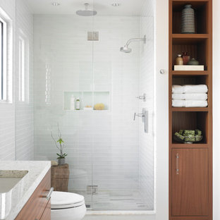 Неиссякаемый источник вдохновения для домашнего уюта: главная ванная комната среднего размера в стиле модернизм с врезной раковиной, плоскими фасадами, фасадами цвета дерева среднего тона, белой плиткой, стеклянной плиткой, мраморным полом и белыми стенами