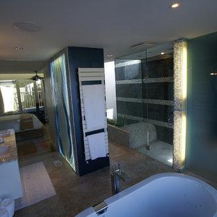 Foto di una grande stanza da bagno padronale etnica con ante di vetro