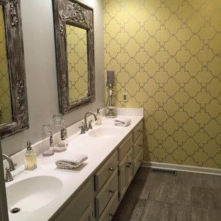 Ispirazione per una stanza da bagno padronale chic con ante grigie, piastrelle grigie, piastrelle in ceramica e top in superficie solida
