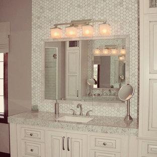 Diseño de cuarto de baño principal, actual, con lavabo encastrado, armarios con paneles con relieve, puertas de armario blancas, encimera de cuarzo compacto, ducha esquinera, sanitario de dos piezas, baldosas y/o azulejos marrones, paredes grises y suelo de baldosas de cerámica