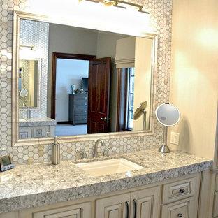 Ejemplo de cuarto de baño principal, clásico renovado, con lavabo bajoencimera, armarios con paneles con relieve, puertas de armario blancas, encimera de cuarzo compacto, baldosas y/o azulejos blancos, paredes grises y suelo de baldosas de cerámica