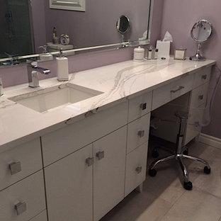 トロントの小さいトランジショナルスタイルのおしゃれなマスターバスルーム (フラットパネル扉のキャビネット、白いキャビネット、珪岩の洗面台、白い洗面カウンター、アルコーブ型シャワー、分離型トイレ、紫の壁、磁器タイルの床、アンダーカウンター洗面器、グレーの床、オープンシャワー) の写真