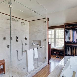 Idee per una grande stanza da bagno contemporanea con vasca idromassaggio, doccia alcova, pavimento in legno massello medio, ante lisce, piastrelle beige, piastrelle bianche, pareti beige e porta doccia a battente