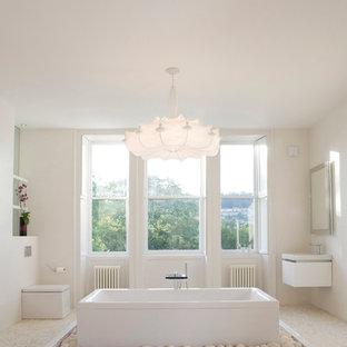 Foto di una grande stanza da bagno padronale moderna con lavabo sospeso, vasca freestanding, doccia aperta, WC monopezzo, piastrelle bianche, piastrelle in ceramica, pareti bianche e pavimento con piastrelle di ciottoli