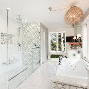 Superbe Aménagement Du0027une Salle De Bain Classique Avec Une Baignoire Posée, Une  Douche à