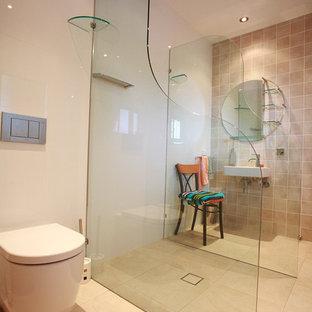 Idee per una grande stanza da bagno padronale moderna con lavabo sospeso, doccia aperta, piastrelle beige, piastrelle in travertino, pareti beige, pavimento in travertino e pavimento beige