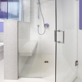 Idee per una stanza da bagno padronale minimalista di medie dimensioni con ante lisce, ante bianche, top in quarzo composito, vasca da incasso, piastrelle bianche, pareti viola e pavimento in gres porcellanato