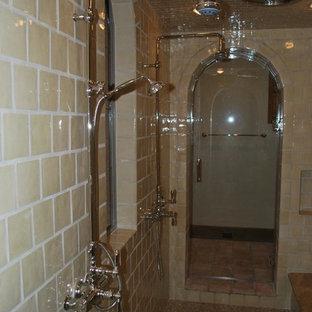 Mittelgroßes Mediterranes Badezimmer En Suite mit Doppeldusche, beigefarbenen Fliesen und Porzellanfliesen in Sonstige