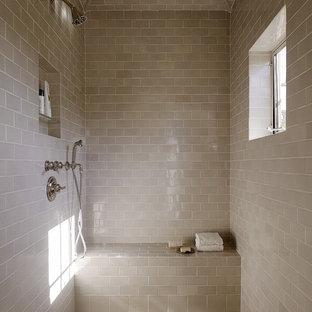 На фото: ванные комнаты в средиземноморском стиле с бежевой плиткой и плиткой кабанчик