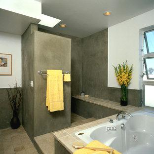 Esempio di una stanza da bagno minimalista con vasca da incasso, doccia aperta, piastrelle beige e doccia aperta