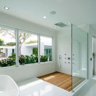 Esempio di una stanza da bagno padronale di medie dimensioni con consolle stile comò, ante grigie, doccia aperta, WC monopezzo, piastrelle grigie, lastra di pietra, pareti bianche, pavimento in gres porcellanato e top in legno
