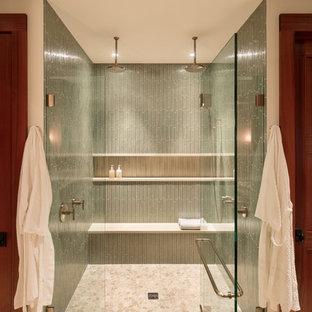 Bild på ett stort tropiskt en-suite badrum, med skåp i shakerstil, skåp i mellenmörkt trä, en dusch i en alkov, en toalettstol med hel cisternkåpa, grön kakel, glaskakel, vita väggar, klinkergolv i porslin, ett nedsänkt handfat, bänkskiva i kvarts, beiget golv och dusch med gångjärnsdörr