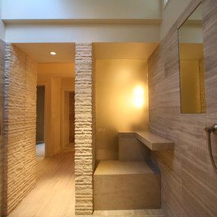 Esempio di una grande stanza da bagno padronale contemporanea con top in cemento, piastrelle beige, piastrelle in pietra, pavimento in travertino, doccia aperta e pareti beige