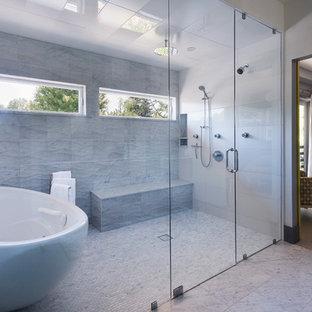 Ejemplo de cuarto de baño principal, contemporáneo, con bañera exenta, ducha a ras de suelo y baldosas y/o azulejos grises