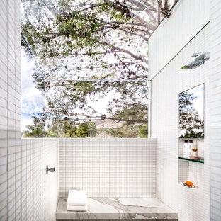 Modelo de cuarto de baño principal, minimalista, extra grande, con ducha abierta, baldosas y/o azulejos blancos, baldosas y/o azulejos en mosaico, paredes blancas y suelo de baldosas de cerámica