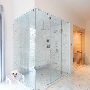 Пример оригинального дизайна: большая главная ванная комната в классическом стиле с белой плиткой, мраморной плиткой, белыми стенами, мраморным полом, белым полом, душем с распашными дверями, сиденьем для душа, угловым душем и кессонным потолком
