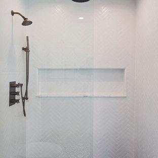 Ispirazione per una stanza da bagno con doccia scandinava di medie dimensioni con consolle stile comò, ante nere, doccia alcova, WC sospeso, piastrelle bianche, piastrelle in gres porcellanato, pareti grigie, pavimento in cementine, lavabo sottopiano, top in marmo, pavimento nero e porta doccia a battente
