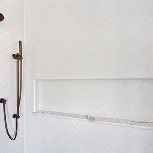 Foto di una stanza da bagno con doccia nordica di medie dimensioni con consolle stile comò, ante nere, doccia alcova, WC sospeso, piastrelle bianche, piastrelle in gres porcellanato, pareti grigie, pavimento in cementine, lavabo sottopiano, top in marmo, pavimento nero e porta doccia a battente