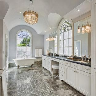 Inredning av ett klassiskt stort en-suite badrum, med luckor med infälld panel, vita skåp, ett badkar med tassar, grå väggar, ett undermonterad handfat, flerfärgat golv, mosaikgolv och marmorbänkskiva