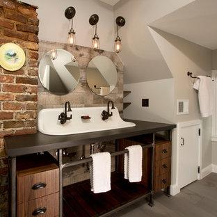 Foto de cuarto de baño principal, industrial, grande, con lavabo de seno grande, armarios abiertos, puertas de armario de madera en tonos medios, encimera de cuarzo compacto, baldosas y/o azulejos grises, baldosas y/o azulejos de porcelana, suelo de baldosas de porcelana y paredes grises