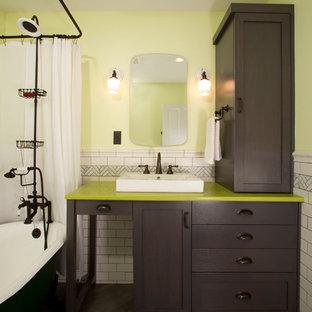 Aménagement d'une petite salle de bain éclectique avec une vasque, un placard à porte shaker, des portes de placard en bois sombre, un plan de toilette en quartz modifié, une baignoire sur pieds, un WC séparé, un carrelage blanc, des carreaux de porcelaine, un mur jaune, un sol en carrelage de porcelaine et un plan de toilette vert.