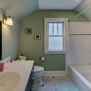 Esempio di una piccola stanza da bagno american style con lavabo integrato, ante lisce, ante in legno bruno, top in superficie solida, vasca ad alcova, WC a due pezzi, piastrelle bianche, piastrelle diamantate, pareti verdi e pavimento con piastrelle a mosaico